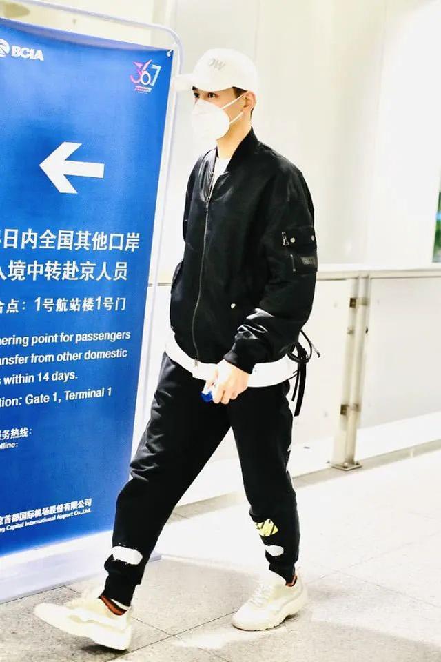 乔振宇飞行夹克和运动裤,轻松穿出青春潮流范