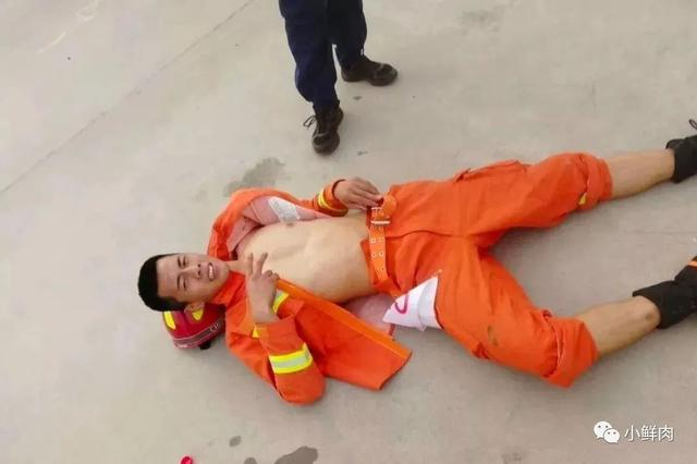 消防员寸头小哥训练累瘫了,引发网友舔屏